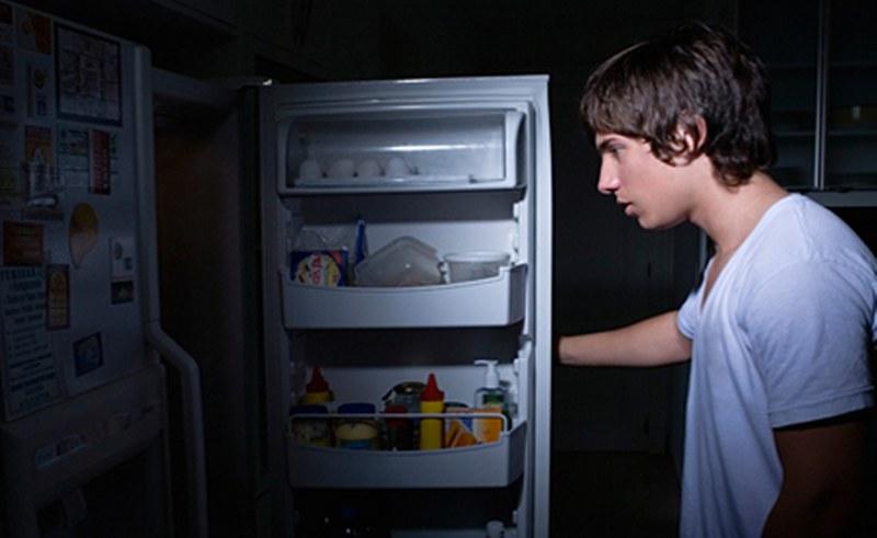 أضرار تناول الطعام في وقت متأخر من الليل