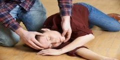 أهم الاسعافات الأولية لعلاج فقدان الوعي المفاجئ وأسباب حدوثه