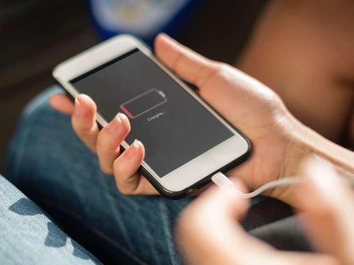 Photo of شحن الهاتف بالطريقة الصحيحة وتجنب الأخطاء الشائعة أثناء شحن البطارية