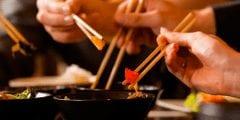 تستعد للذهاب إلى الصين.. تعرف على طريقة وأداب استخدام عيدان الطعام
