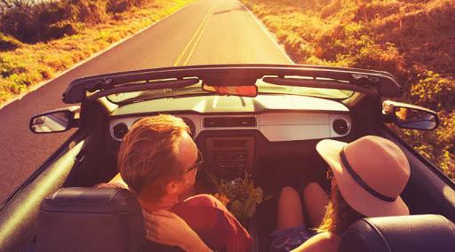رؤية ركوب السيارة مع شخص اعرفه